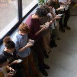 Elia Pekica Pagon Pogledi poklonjeni mobitelima